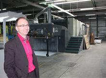 Laurent Vandecasteele, administrateur délégué de Hecht Printing Solutions, devant l'actuelle Roland 900.